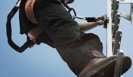 Utilizador pendurado na linha de vida SecuRail Vertical